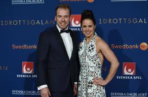 Emil Jönsson och Anna Haag har tillfälligt fått lägga bröllopsplanerna på is.