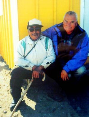 Gösta Olsson tillsammans med en inuit i Qaanak på Grönland vars far var med Robert Peary på Nordpolsexpeditionen april 1909.