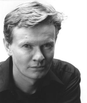De flesta av norske poeten Steinar Opstads dikter handlar om människans ensamhet. Han introduceras nu på svenska med ett urval dikter.
