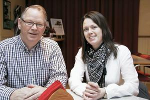 Bertil Eriksson och Jennie Forsblom hann med ett kort möte i kommunhusets kafeteria på fredagen. Jennie tycker det känns skönt att få stöd av de mer ärrade veteranerna och Bertil är glad att det sker ett generationsskifte på de ledande posterna.