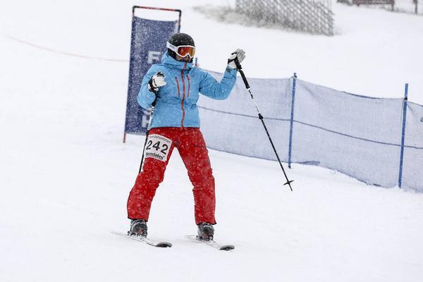 Lotta Ahlqvist, dam 98 och äldre, hann med att vinka till bekanta i målfållan.