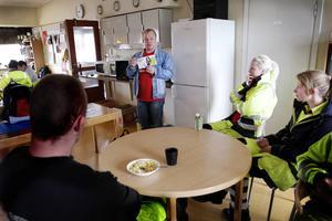 Peter Nylander, ungdomsansvarig vid LO-distriktet i Mellersta Norrland, informerar om vikten av kollektivavtal.