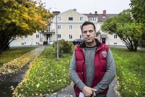 Svante Jansson och hans fru har slitit hårt i fem år för att tvätta bort institutionsstämpeln och få i gång verksamheten. Nu blir de utkastade.