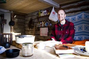 Två år. 1 februari var det två år sedan Christopher Thörnlund Johansson flyttade till sin stuga i skogen utanför Stöde. Där stannar han.
