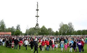 Fyra ringar formades runt majstången. Fiolmusik från Järbo spelades under tiden.