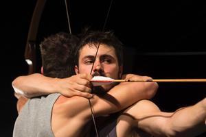 Vapenbröder. Pilbågen har en central plats i Luis och Pedro Sartori do Vales nycirkusföreställning, som undersöker teman som empati, intimitet, broderskap och rivalitet.