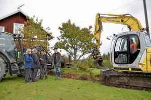 Bygger ut. Grannar och lokala företagare hjälps åt för att få fibernät i Tiveden. (Personerna på bilden har ingen koppling till texten). Arkivfoto: Tove Svensson