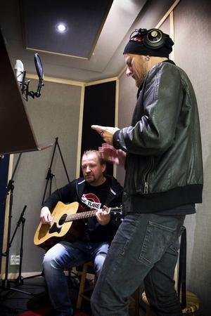 Johan Bengtsson passade på att testa sångbåset tillsammans med Danne Wirenberg, som greppade gitarren.