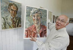 – Jag är mest fascinerad av Palmqvists porträtt, säger Curt Lofterud. Nu hoppas han att någon ska känna igen vilka som finns på tavlorna.