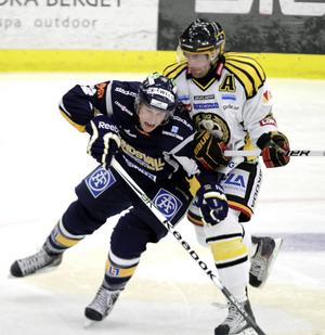 Gustaf Thorell här i Sundsvalls tröja i kamp med Brynäs Jörgen Sundqvist när lagen möttes i SCA-cupen 2011. Nu ska Thorell, som närmast kommer från BIK Karlskoga var klar för Brynäs.