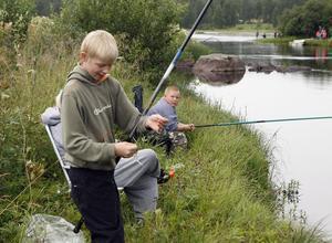 Emil Wålström fick napp direkt. Bakom honom fiskar Sebastian Karlsson.