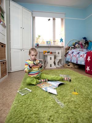 Rum för en stor kille. Barnkammaren har blivit pojkrum. Jonathan var med och valde färgen på väggarna.