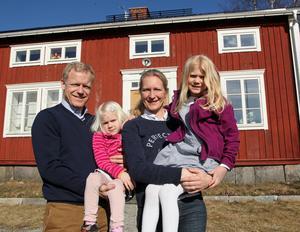 Familjen Forsén vid sitt hus i Lövvik. En fastighet de ska ha kvar även efter hemkomsten från Laos. Arkivfoto:Erik Åmell