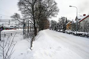 Husen längs Kyrkogatan saknar i dag skydd mot buller från järnvägen.