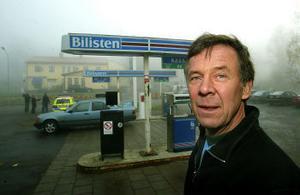 Mackägaren Lars-Åke Svelander hittade bankkamreren bakbunden och inlåst på toaletten.–Han var skärrad och skrek att han ville ut, säger Lars-Åke Svelander.