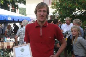 Föreningsarbetaren Peter Eng hyllades på Bergsjödagen. Uppmuntrad med  tiotusen kronor och diplom. De flesta i Bergsjö känner  medarbetaren i byns ICA - hall.