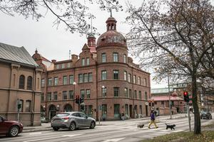 Tegelhuset i korsningen Skolhusallén-Köpmangatan är till salu för ett startpris på 34 miljoner.