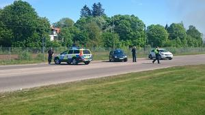 Polisen har spärrat av ett stort område.