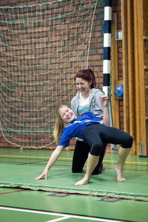 Lek och idrott när Kidz Camp håller lägerverksamhet i Bjursås.