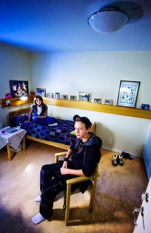 Agnes Bjuhr från Lycksele och Marcus Hillerström från Hammarstrand har varsina bostäder på Torstas elevhem fram till jul i år. Sedan får de se sig om efter en ny lösning. Foto: henrik evertsson & håkan luthman