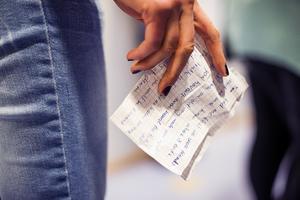 Elever på Mikael Elias gymnasium bjöd på poetry slam under fredagen på allmänmänskliga teman – till exempel saknaden efter sin egen överläpp.