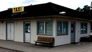 Gapar tom. Veckor efter nedläggningen blev taxistationen utsatt för skadegörelse. Foto:Christian Larsen