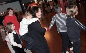 Är man lite trötter i benen kan det vara skönt att få åka lite snålskjuts i dansens virvlarFOTO: MIKAEL ERIKSSON