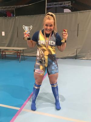 Amelia Mauritzon efter att ha blivit Nordisk mästarinna i styrkelyft och juniorvärldsrekordhållare.