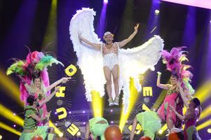 Sean Banan svävar högt i Melodifestivalen, iförd scenkläder som skapats av Peter Englund från Gävle.