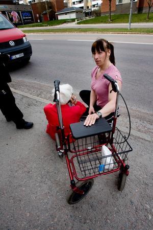 27 april knuffade rånarna omkull en 90-årig kvinna som fick hjälp av Anna Rosén.