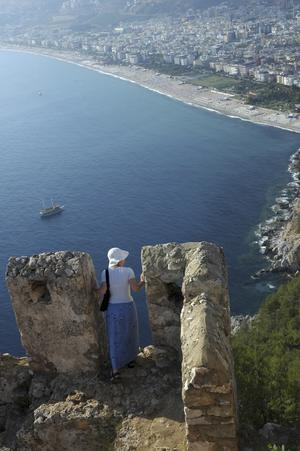 Det kittlar i magen om man vågar titta ned från borgen mot Kleopatrastranden 300 meter där under.