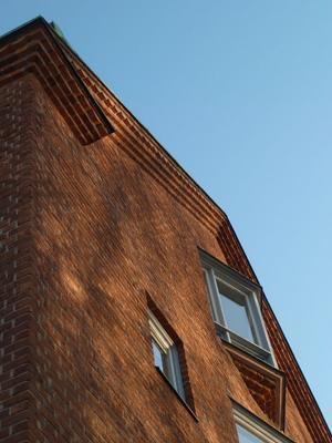 1950-talsmodernism med bevarade detaljer som fönster,kopparplåtsavtäckningar och profilerad taklist.