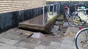 Skyfallet vållade stora skador på gator och trottoarer. Här utanför Falu baskets och Falu CK:s klubblokal.