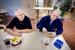 Kent Magnusson och Robert Lindahl började arbeta på ACB Laminats fabrik i Brunflo 2006. De senaste veckorna har de förstärkt arbetsstyrkan i Skanderåsen. På onsdag gör de sin sista arbetsdag vid företaget.