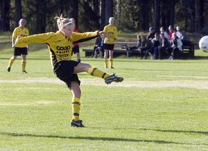 Linnea Åkerlund tryckte med ett distinkt skott in 1–0 till Enånger.