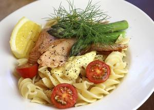 Pasta, lax och senapshollandaise. En riktig söndagsrätt, garnerad med sparris och dill.   Foto: Dan Strandqvist