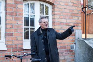Huserar i vacker tegelbyggnad i Skepparbacken. Genom sina internationella projekt flyger Hans Eek en hel del. Annars lever som han lär och förflyttar sig genom att cykla.