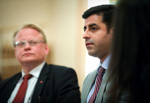 Selhattin Demirtas vid sitt första Sverigebesök 2010. Här tillsammans med Peter Hultqvist (S), idag försvarsminister.