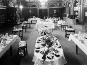 Året var 1928 och i stadshuset var det utställning med olika slags dukningar.