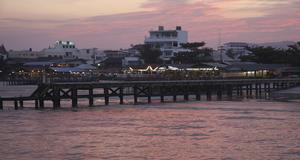 Den lilla turistorten Hua Hin har få högresta hotell vilket ger mer plats åt den rosaskimrande kvällshimlen.