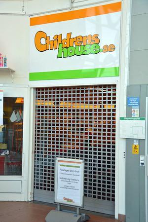 Den här synen mötte kunderna i går för middag. Butiken var stängd på grund av konkursen.
