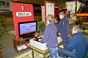 Gustav Gamstedt och William Emilsson provar på Super Mario Bros med en enorm handkontroll i retrohörnan.