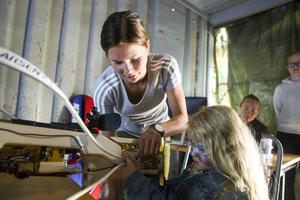 Sofia Myhr instruerar Julia i skidskyttets ädla konst.