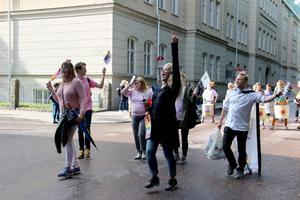 Gävle Prides ordförande Ann-Helen Persson (i svart) tog täten i paraden.