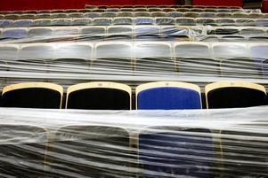 Väntar på att användas. De  3 052 stolarna är än så länge inplastade, men inför invigningen 30 maj åker plasten förstås bort. Stolarna är olikfärgade för att ge intryck av mycket publik i arenan. Men vd Maya Olsson hoppas förstås att det ska vara fullsatt på riktigt.