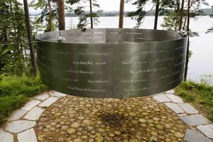 Fem år har gått sedan terrordåden i Norge. På Utøya finns namnen på de 77 dödsoffren på ett vackert minnesmärke.