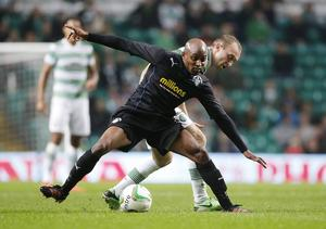 Celtics Dylan McGeouch (bakre spelaren) fajtas med Greenock Mortons Fouad Bachirou (främre spelaren) under Scottish Communities League Cup, på Celtic Park i Glasgow, förra hösten.
