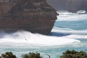 Bilden är tagen längs med The Great Ocean Road, som går längs med havet i södra Victoria i Australien. Det är en väldigt vacker väg att köra, många ställen att stanna och titta på Apostlarna.