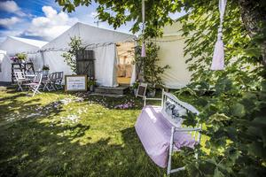 Tre tält sattes upp på gården.