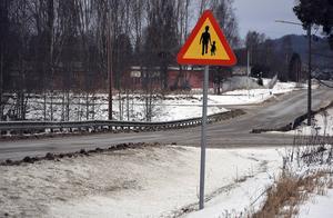 Varningsskyltar för gående anses inte vara tillräckligt för att råda bot på trafiksituationen i Hjältan.